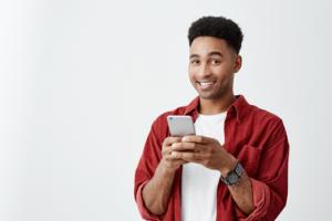 Jovem adulto utilizando um celular